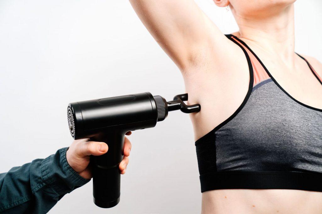 Vous pouvez faire travailler presque tout le corps avec le pistolet de massage.